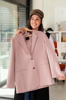 Femme montrant des vêtements au client