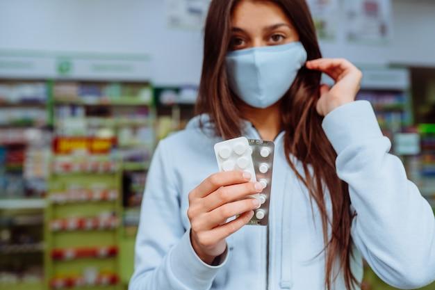 Femme montre des pilules, des vitamines ou des pilules dans sa main. covid19.