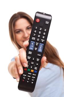 Femme montre une télécommande