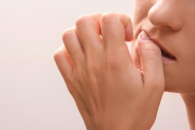 Femme, mordre, doigts