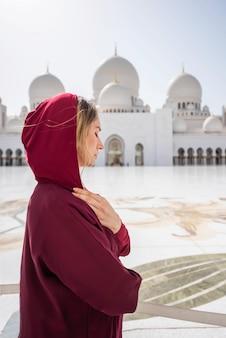 Femme à la mosquée d'abou dhabi