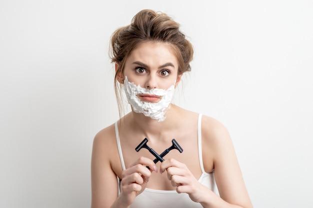 Femme avec de la mousse à raser sur son visage