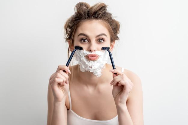 Femme avec de la mousse à raser sur le visage
