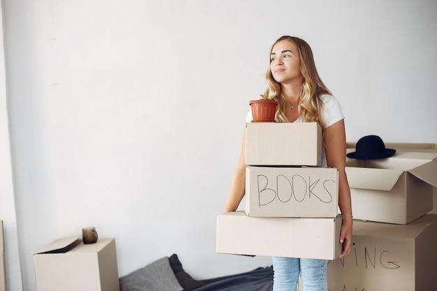 Femme, en mouvement, utilisation, boîtes