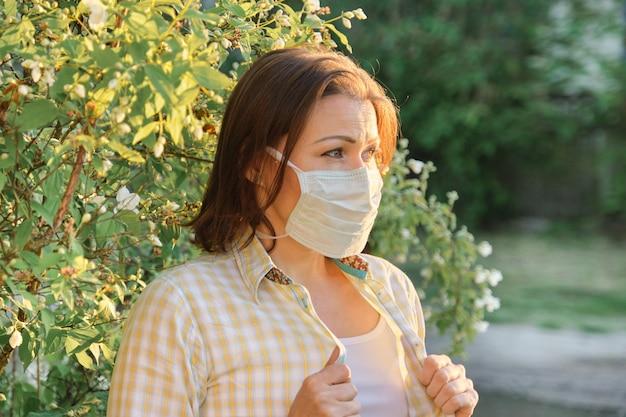 Femme mûre, dans, protecteur, masque médical, femme, extérieur