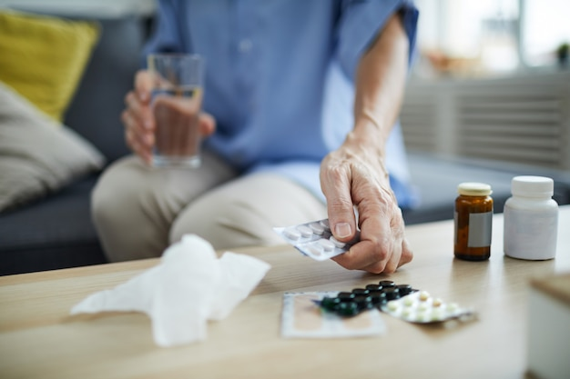 Femme mûre, prendre pilules