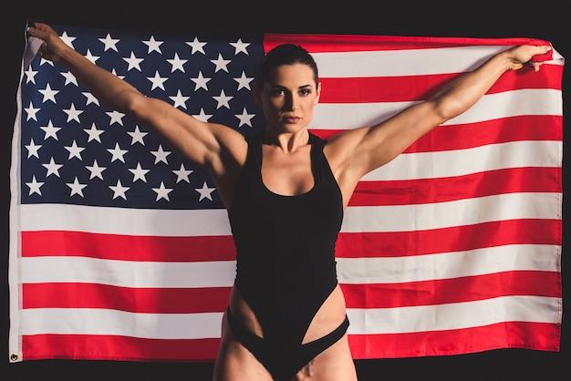 Femme musclée forte avec drapeau américain
