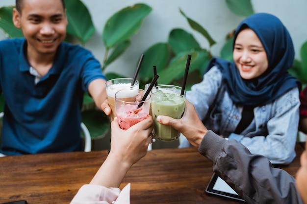 Femme musulmane avec un ami toast sa boisson