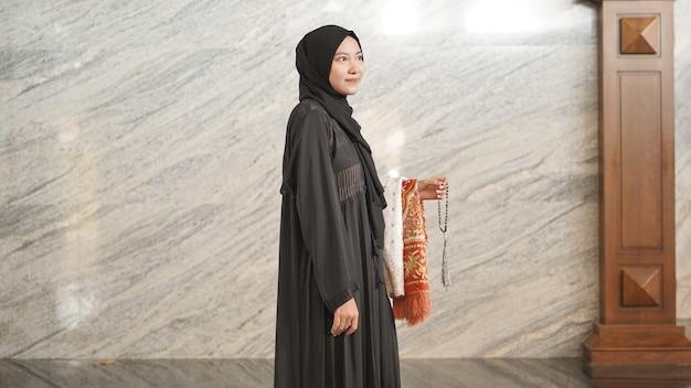 Femme musulmane après le culte à la mosquée