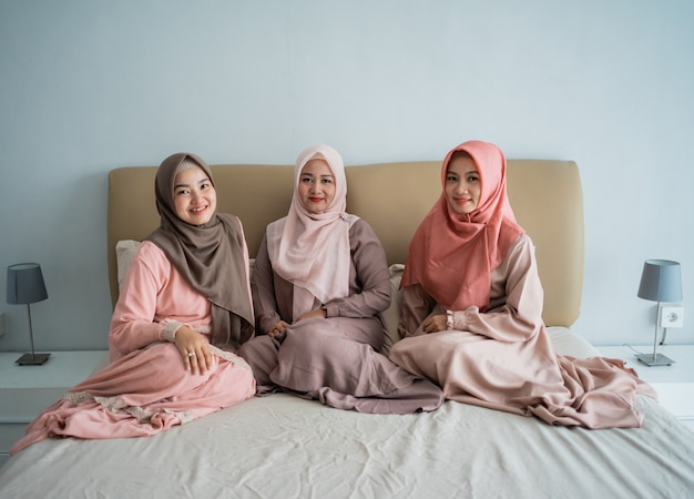 Femme musulmane asiatique aime discuter tout en étant assis sur le lit