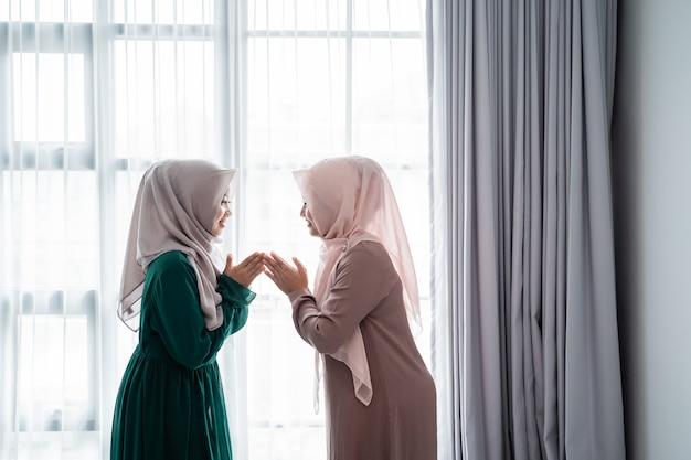 Une femme musulmane asiatique dit salam lorsqu'elle rencontre son amie
