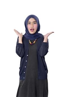 Femme musulmane asiatique joyeuse avec une expression heureuse
