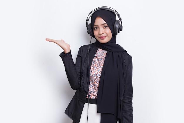 Femme musulmane asiatique portant le service client de l'opérateur hijab pointant du doigt vers les directions
