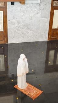 Femme musulmane asiatique priant seule sans imam dans la mosquée