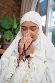Femme musulmane asiatique priant