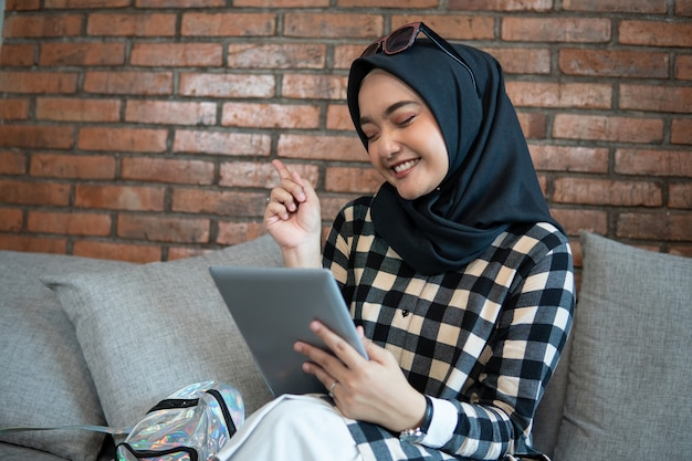 Femme musulmane, chez soi, utilisation, tablette