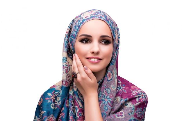 Femme musulmane dans le concept de mode isolé