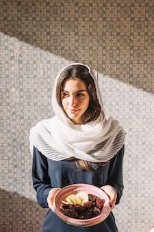 Femme musulmane avec des dates
