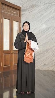 Femme musulmane gesticulant désolé pour le culte dans la mosquée