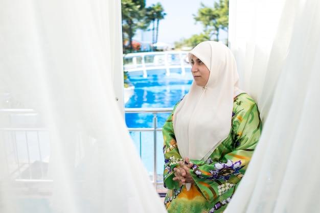 Femme musulmane heureuse en vacances d'été
