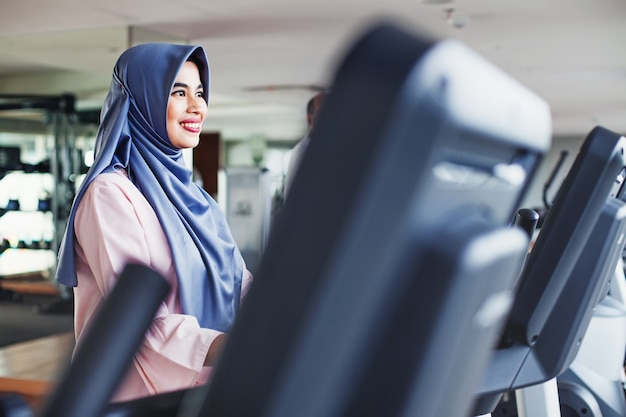 Femme musulmane indonésienne dans une salle de sport