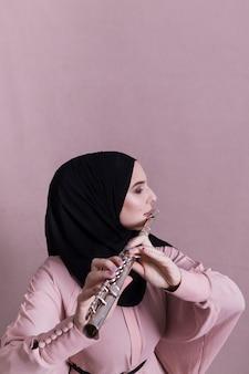 Femme musulmane jouant de la flûte