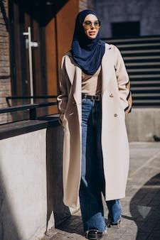 Femme musulmane moderne portant un foulard marchant dans la rue
