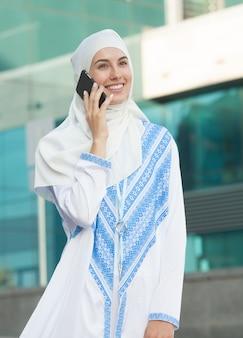 Femme musulmane, parler téléphone
