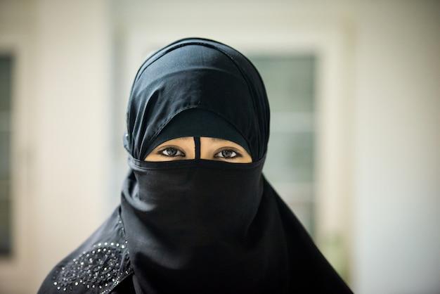 Femme musulmane portant un voile noir