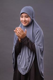 Femme musulmane priant, pose de main de prière