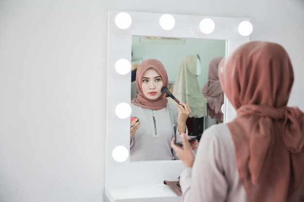 Femme musulmane se maquiller