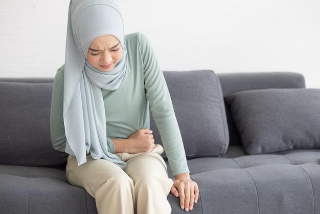 Femme musulmane se sentant malade
