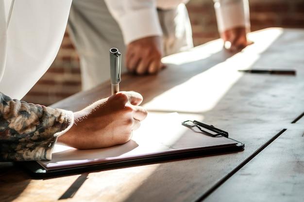 Femme musulmane signant sur un papier