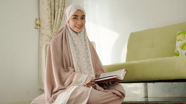 Femme musulmane souriant doucement à la maison