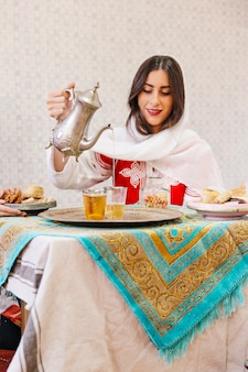 Femme musulmane, verser le thé