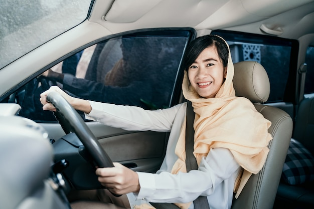 Femme musulmane en voiture