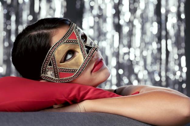 Femme mystérieuse avec masque de carnaval