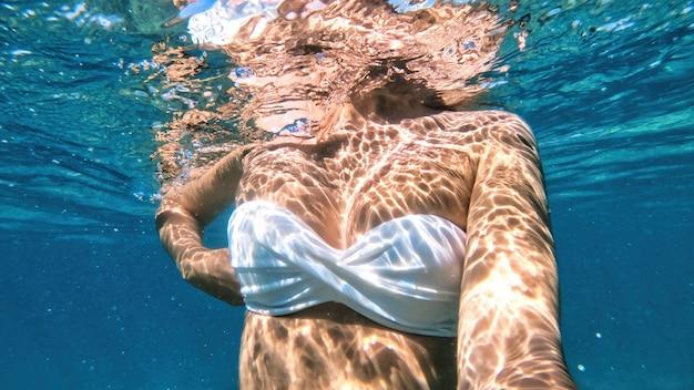 Femme nageant dans l'eau, mer méditerranée