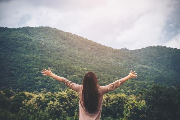 Femme avec la nature de la montagne verte