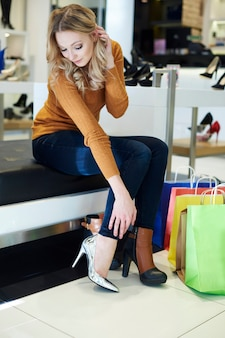 La femme ne peut pas décider quelles chaussures acheter