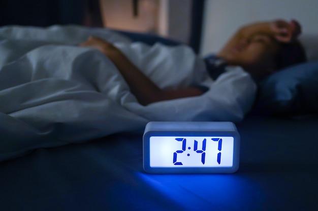 La femme ne pouvait pas dormir alors qu'il était très tard