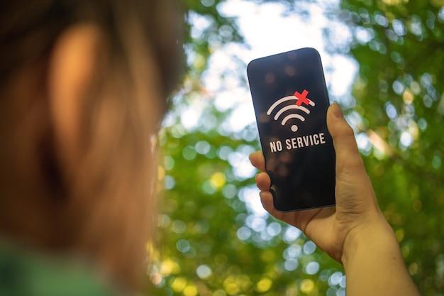 Une femme ne trouve aucune couverture de téléphonie mobile dans la forêt