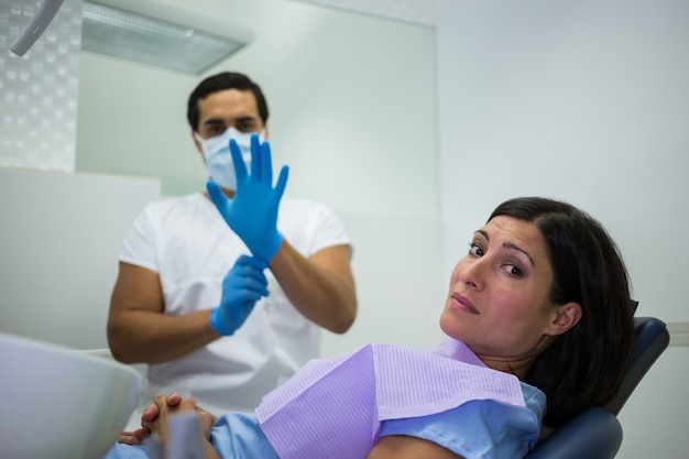Femme nerveuse à la clinique dentaire