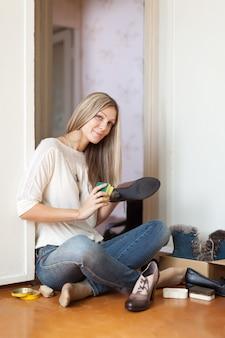Femme nettoie les chaussures
