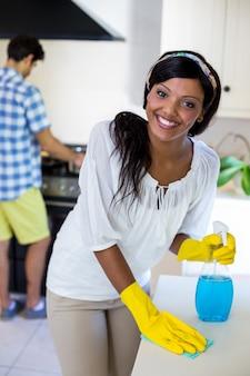 Femme, nettoyage, cuisine, homme, cuisine, nourriture, fond