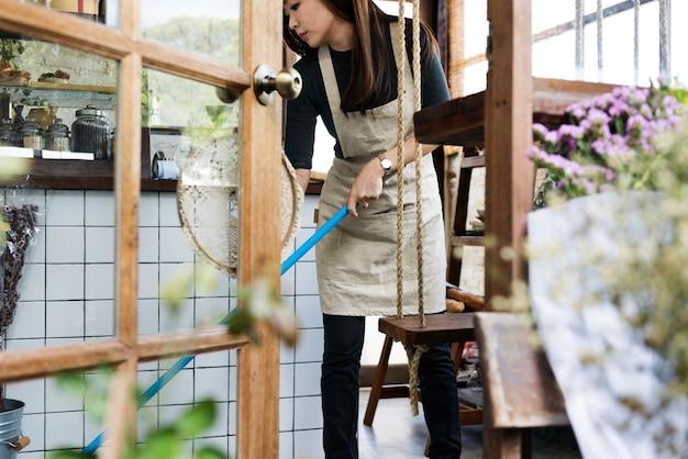 Femme, nettoyage, intérieur, fleuriste