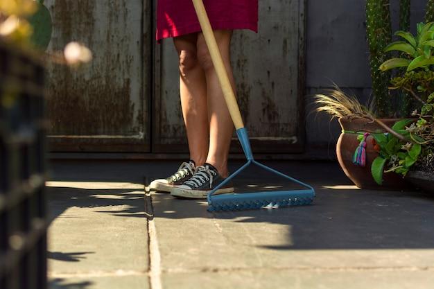 Femme, nettoyage, serre