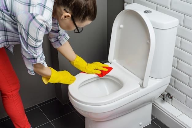 Femme, nettoyage, toilette