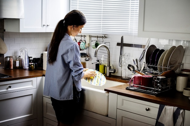 Femme, nettoyage, vaisselle