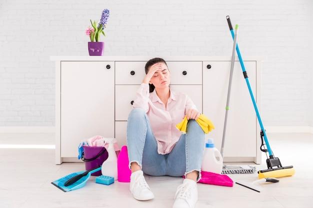 Femme nettoyant sa maison
